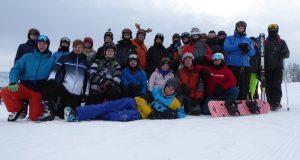 24 Schüler, eine Schülerin und zwei Lehrer des Berufskollegs Technik auf Skischulwoche im Zillertal während der Weihnachtsferien. (Foto: Berufskolleg Technik)