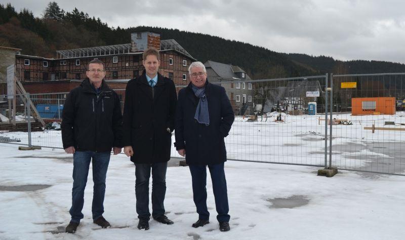 Der SPD-Landtagsabgeordnete Falk Heinrichs (r.) ließ sich in Arfeld von Waldemar Kiel (l.) und Volker Sonneborn (Mitte) über das Regionaleprojekt 'Zentrum Via Adrina' informieren. (Foto: privat)