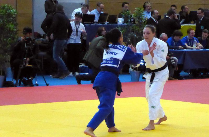 Nach 10 Sekunden war Julia Rotthoff (re.) gegen Susan Arnold aus Rostock bereits in Runde zwei. (Foto: Judofreunde)