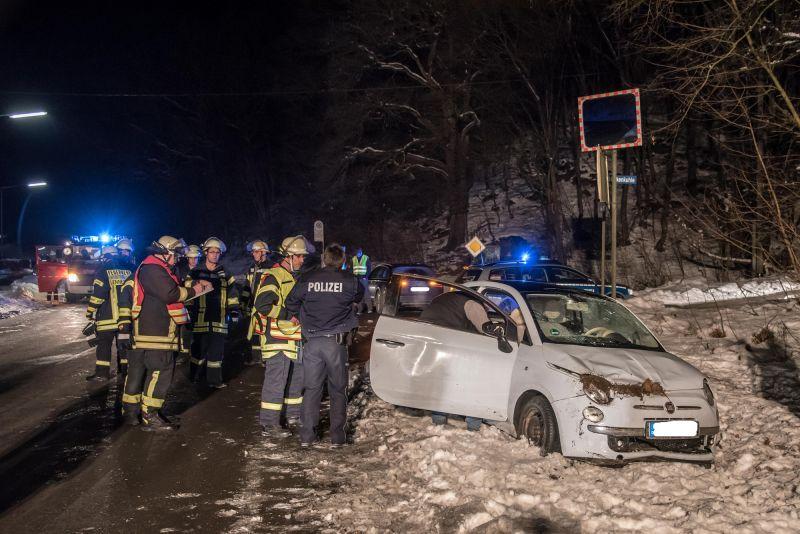 Komplett überschlagen hatte sich dieser Kleinwagen, die Fahrerin wurde glücklicher Weise nur leicht verletzt. (Foto: Feuerwehr)
