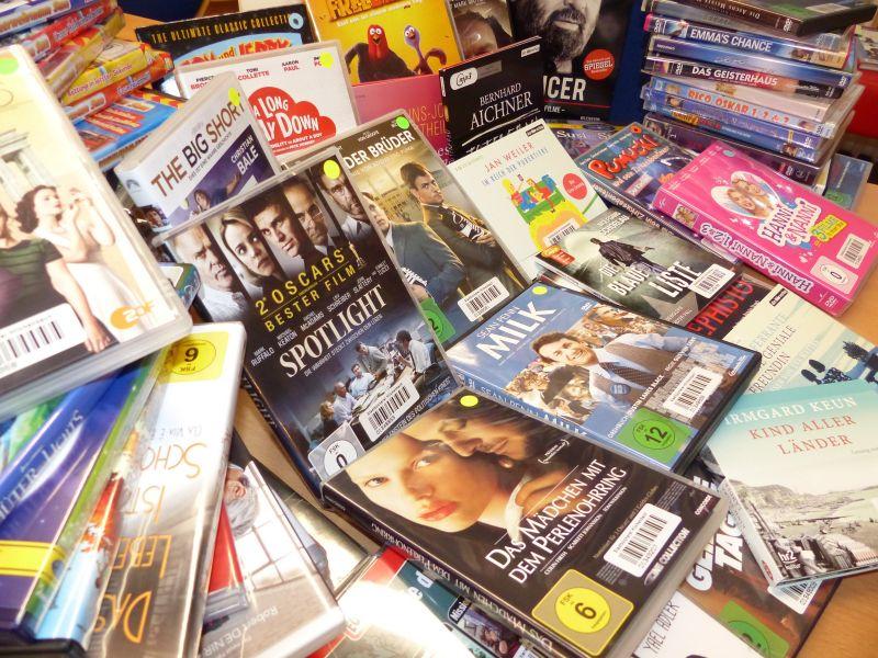 Inzwischen stehen im Hörbuchregal über 1.200 CDs und im Filmregal über 1.000 DVDs! Jede DVD wird durchschnittlich 7mal, jede CD 4 bis 5mal im Jahr ausgeliehen. Jedes Jahr finanziert der Verein etwa 100 neue Film-DVDs oder Hörbuch-CDs. Die zwei gut bestückten, am besten genutzten Medienbestände verdankt die Stadtbücherei also der zuverlässigen jährlichen Unterstützung des Fördervereins Wilhelmsburg e. V.!
