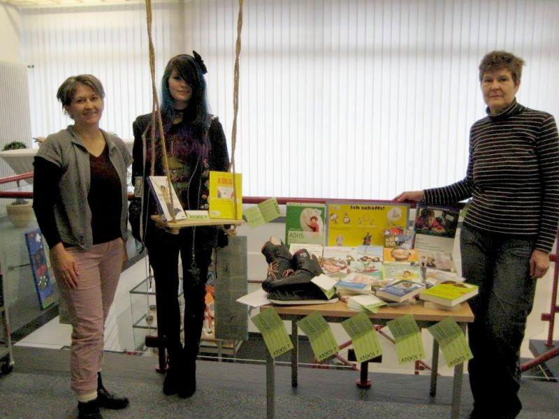 Katharina und Petra Christ übergeben eine Bücherspende der ADS/ADHS Selbsthilfegruppe Siegerland an Bibliothekarin Denise Meckel.