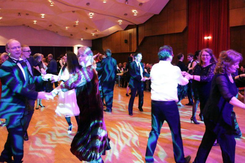 Die zahlreich erschienenen Gäste tanzten mit viel Ausdauer und Freude zu Musik der Live-Band um Günter Matern.