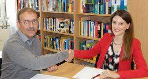 """: Die Juristin Jun.-Prof. Dr. Stefanie Jung und ihr Kollege Prof. Dr. Peter Krebs beschäftigen sich an der Universität Siegen seit einigen Jahren intensiv mit dem Thema """"Vertragsverhandlungen"""". Foto: Universität Siegen"""