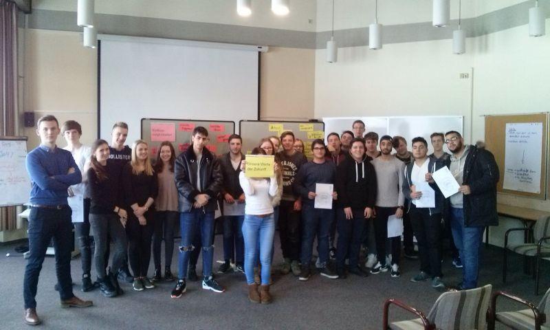 Schüler und Schülerinnen diskutierten in der Akadamie Biggessee über gesellschaftlichen  und politischen Wertewandel in unruhigen Zeiten.  (Foto QST)