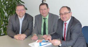 Bürgermeister Holger Menzel (r.) stellte zusammen mit Kämmerer Udo Hoffmann (M.) und Baudezernent Michael Kleber (l.) die Haushaltsplanung 2017 der Stadt Hilchenbach vor. (Foto: Stadt Hilchenbach)