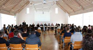 Im Burbacher Bürgerhaus diskutierten rund 100 Schülerinnen und Schüler mit Ratsvertretern und Bürgermeister Christoph Ewers über aktuelle politische Themen. (Foto: Gemeinde Burbach)