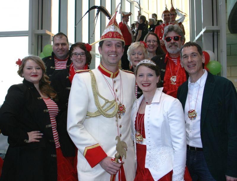Landtagsabgeordneter Jens Kamieth (rechts) mit Prinz Steffen I. und Prinzessin Theresa I. (Mitte vorne) und ihrem Hofstaat. (Foto: privat)