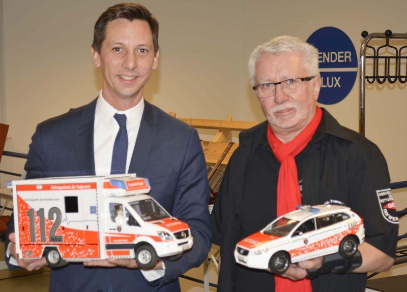 Landrat Müller (l.) und Wolfgang Barth mit den neuen Modellen.