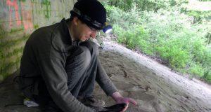 """Der Biologe Arndt Wellbrock bei der Arbeit mit """"seinen"""" Mauerseglern unter der Talbrücke Ronnewinkel im Kreis Olpe. (Foto: Uni Siegen)"""
