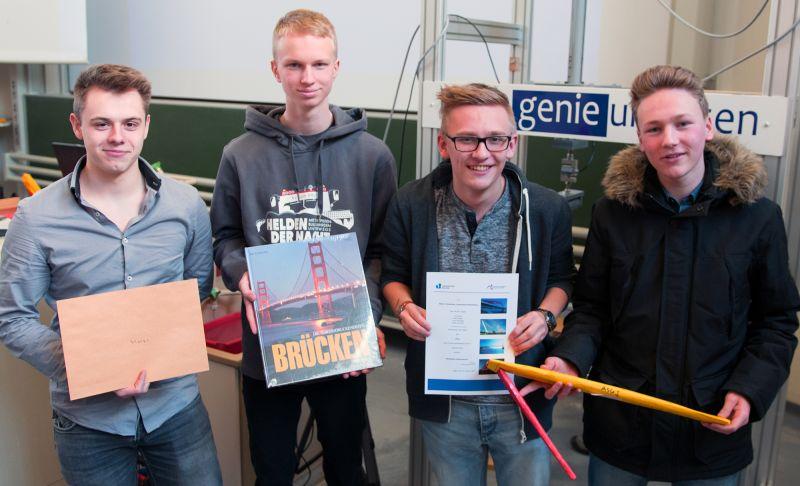 Die Schüler vom Albert-Schweitzer-Gymnasiums Plettenberg bauten die robusteste Papierbrücke und gewannen den Wettbewerb.