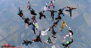 """Breakdance am Himmel: 22 deutsche Springer """"saßen"""" den Europarekord im """"Sitfly"""" aus. Eine noch neue, aber ziemlich schwierige Wettkampfdisziplin, die aus einer Figur des """"Freeflying"""" generiert wurde. Chrissi Richter vertrat bei dieser Rekordformation die Farben der Breitscheider Parachuter, deren Vorsitzender er auch ist."""