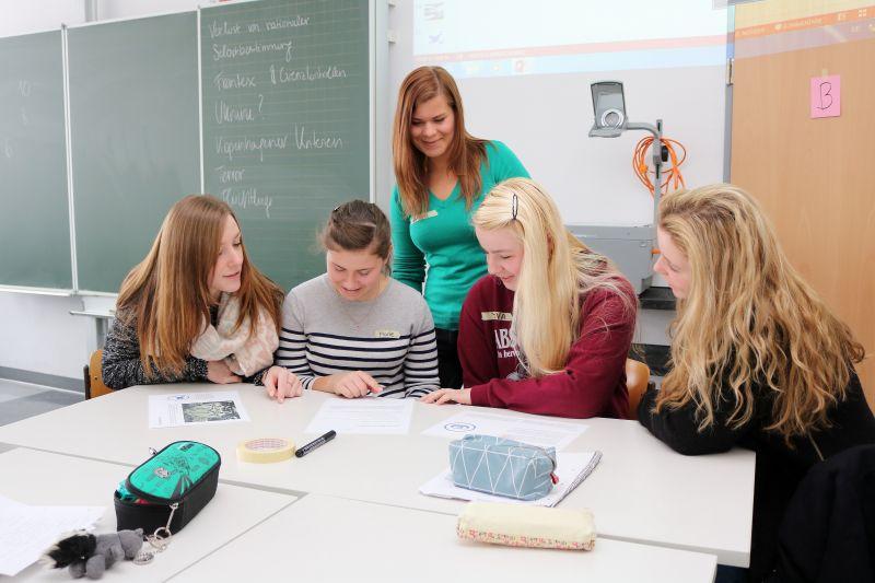 In Kleingruppen näherten sich die Verwaltungsfachangestellten dem Thema Europa. Trainerin Chiara Picado Maagh unterstützte die Kleingruppen bei ihren Arbeitsaufträgen. (Foto: Berufskolleg)