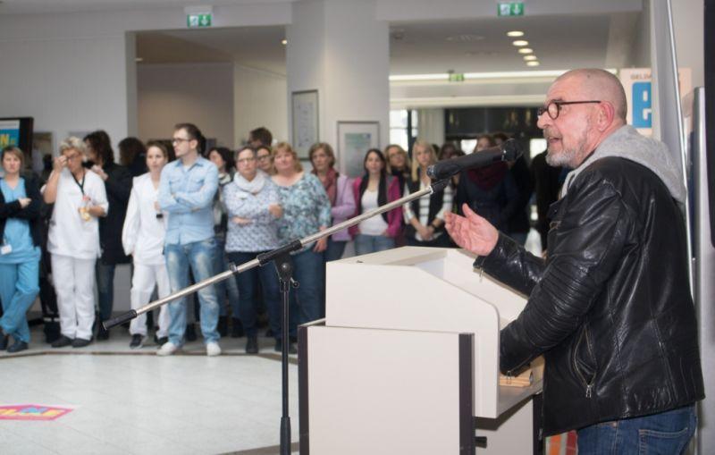 Gewerkschaftssekretär Thomas Mehlin berichtete den Beschäftigten über die Aktivitäten der Gewerkschaft ver.di zur Entlastung des Krankenhauspersonals im Wahljahr 2017. (Foto: ver.di)