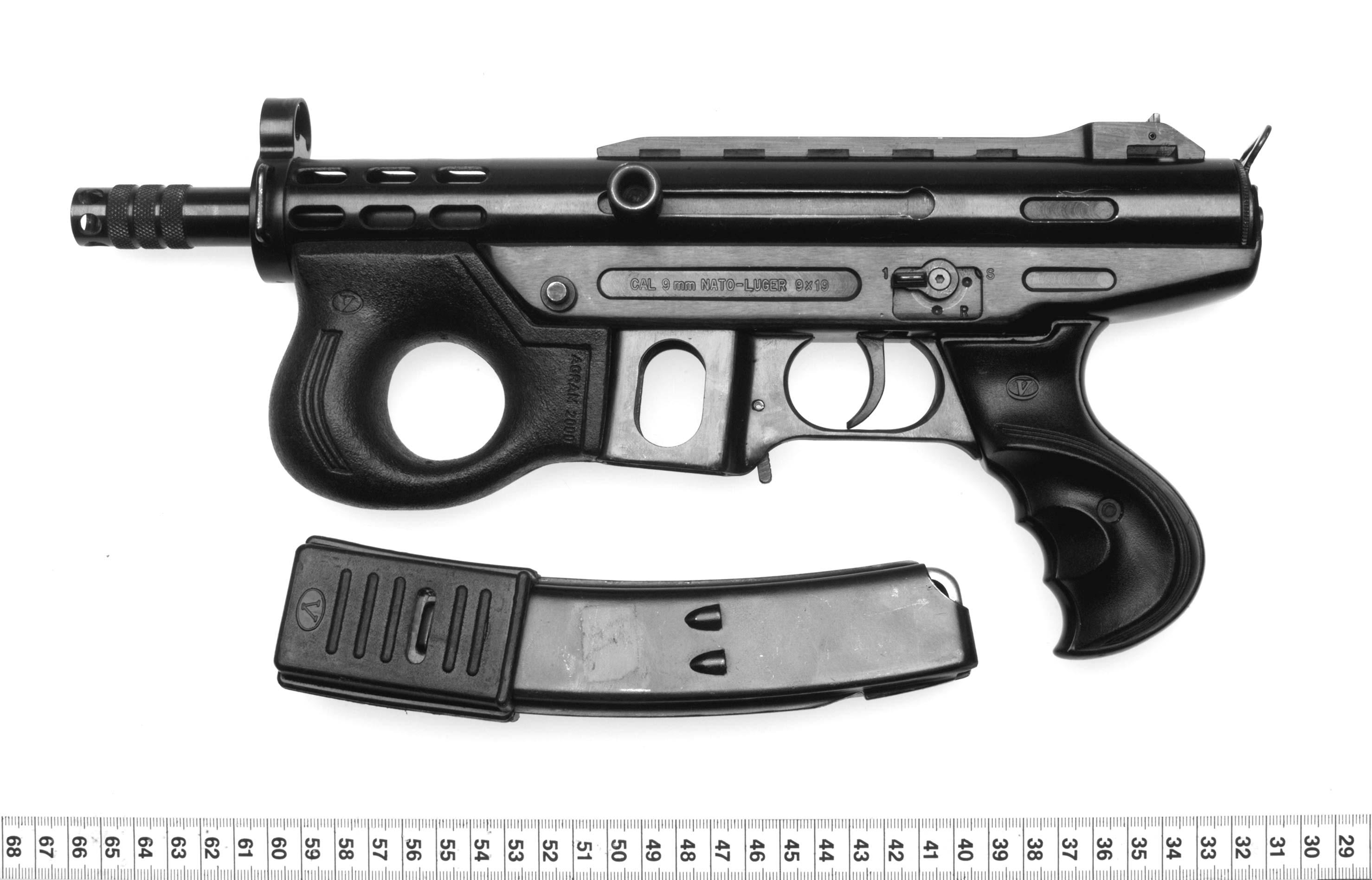 """Die Maschinenpistole (Foto 1 ohne Schalldämpfer, Foto 2 mit Schalldämpfer) wurde in der Vergangenheit meist in einer Transporttasche verkauft, die in der Szene wegen ihrer auffälligen Form auch """"Schweinchen"""" genannt wird. (Fotos: Polizei)"""