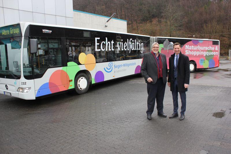 """Landrat Andreas Müller hat den """"Echt vielfältig""""-Bus jetzt gemeinsam mit VWS-Chef Klaus-Dieter Wern auf die Fahrt geschickt. (Foto: Kreis)"""