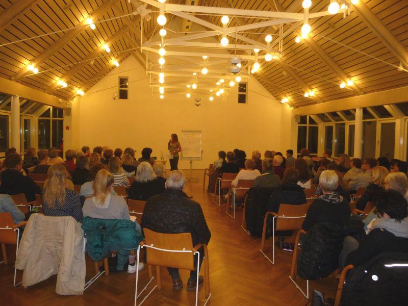 Rund 90 Zuhörer waren in das Burbacher Bürgerhaus gekommen, um von Referentin Kristin Berghäuser zu erfahren, ob man Glück essen kann. (Foto: Gemeinde Burbach)