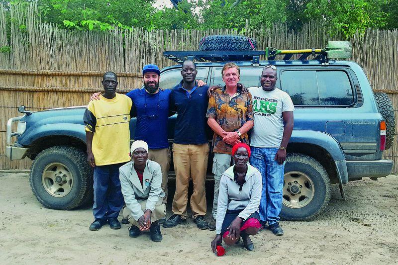 Abschiedsfoto mit lokalen HelferInnen im Projekt: Konstantin Aal (2. v.l.) und Dr. Helmut Hauptmeier (2. v.r.) von der Universität Siegen sind gerade von einem dreiwöchigen Forschungsaufenthalt im Okavango-Delta zurückgekehrt. (Foto: Universität Siegen)
