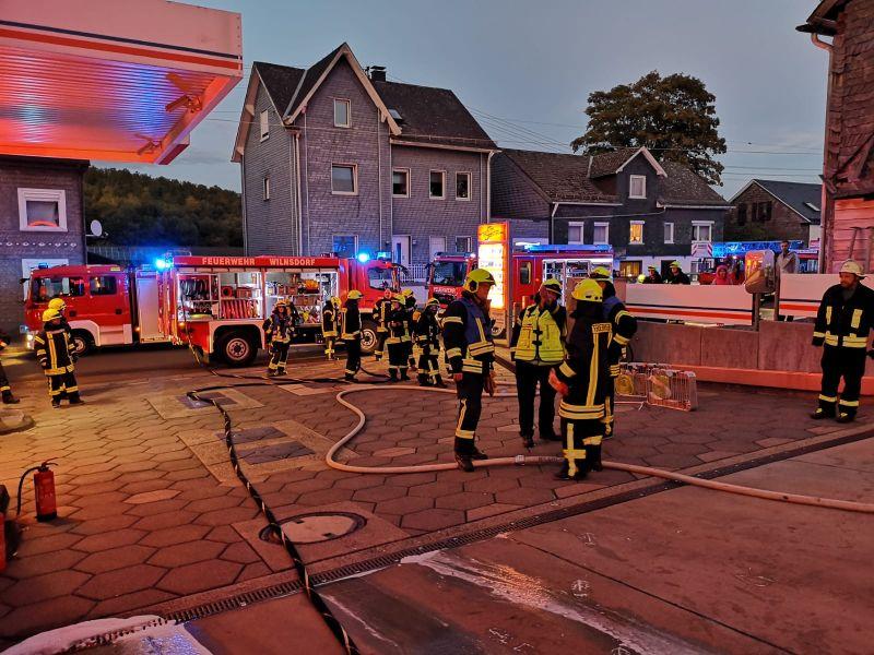 Feuerwehr löscht brennenden PKW an einer Tankstelle in Niederdielfen