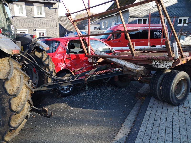 Trecker kollidiert mit Feuerwehrauto