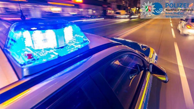 Einsatzfahrzeuge kommen mit Blaulicht und Martinshorn – was ist zu tun?