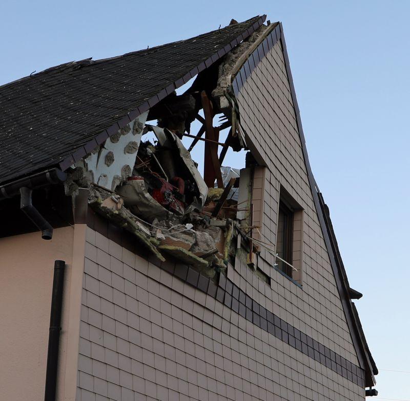Video Flugzeugabsturz In Langenhahn Westerwald Kleinflugzeug Sturzt Auf Wohnhaus Wirsiegen Das Siegerland Portal